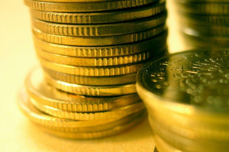 Romanii inca aleg cash-ul si nu cardul. Creditele in lei nu se ieftinesc la comanda BNR.